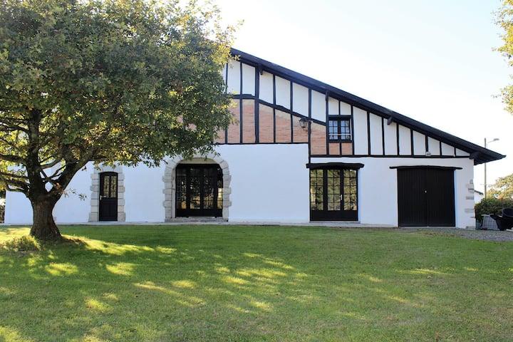 Très belle maison basque rénovée, piscine, jardin