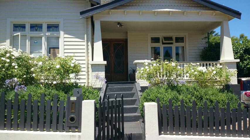Beautiful sunny room minutes from CBD - South Launceston - House