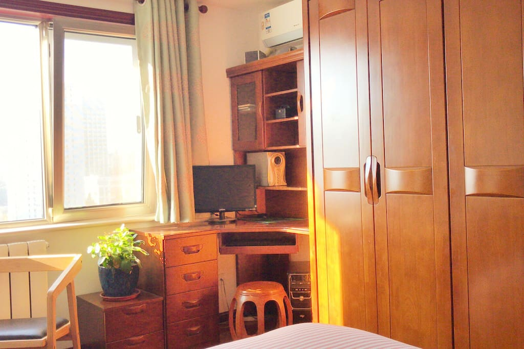 卧室:实木家具提供舒适的工作区域及物品存放空间 Bedroom: solid wood desks and chairs for work and study and large closet