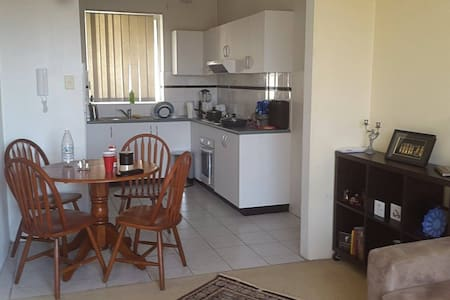 Quiet, Bright, Best Access to Train - Parramatta - Apartment