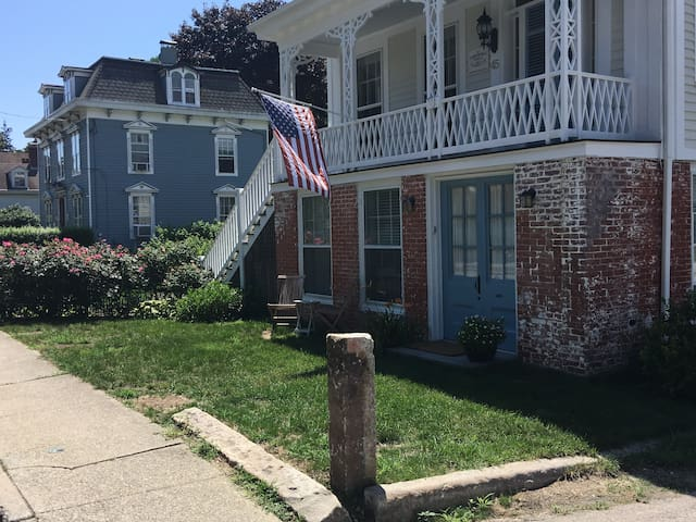 Studio Apartment in Downtown Mystic Historic Home