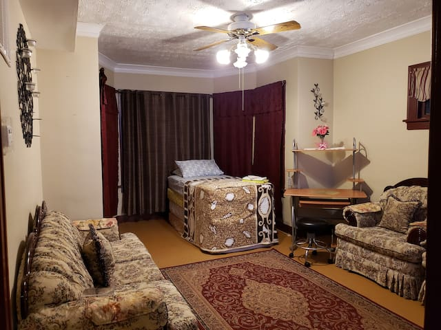 Border of Chicago/Indiana 6gsts. 2bd.1ba NO EVENTS