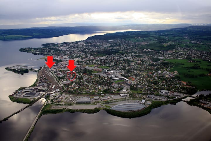 Hamar station is where the left arrow is, my home is where the right arrow is.