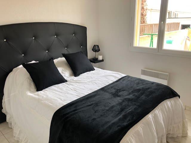 1 ère chambre avec placard , Lit coffre deux personnes  possible de mettre le lit pliant BEBE