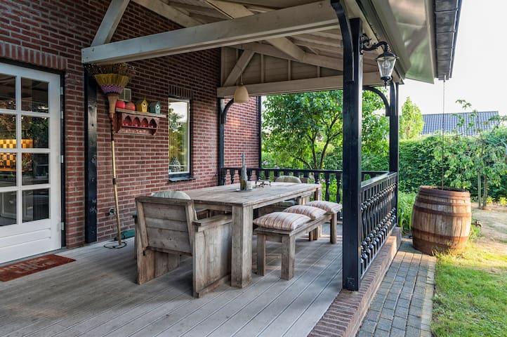 Groot MiddenPeelhuis met mooie veranda, grote tuin