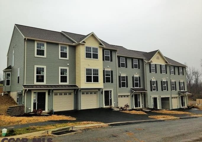 New, clean, town home 6 miles from Penn State
