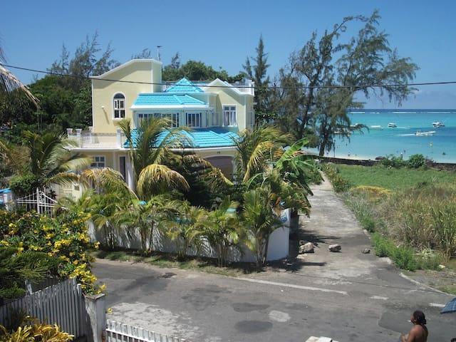 Luxury 5 Bedrooms Beachfront Villa in Bluebay