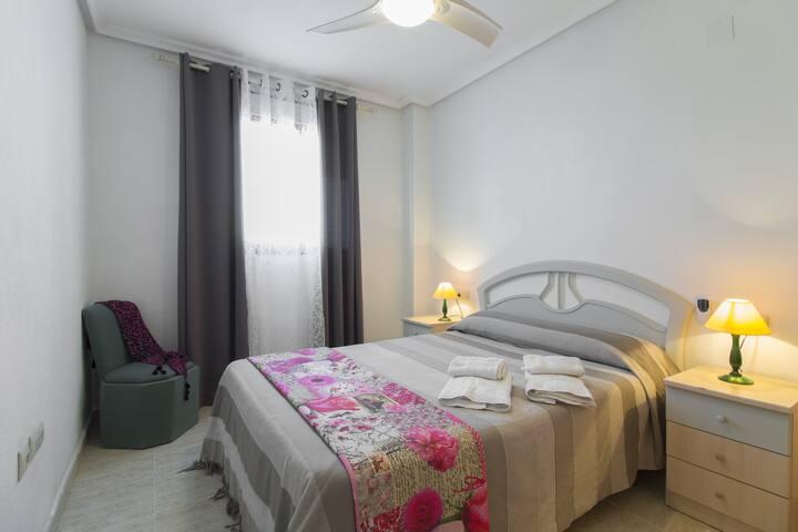 Dormitorio agradable y silencioso, con ventilador
