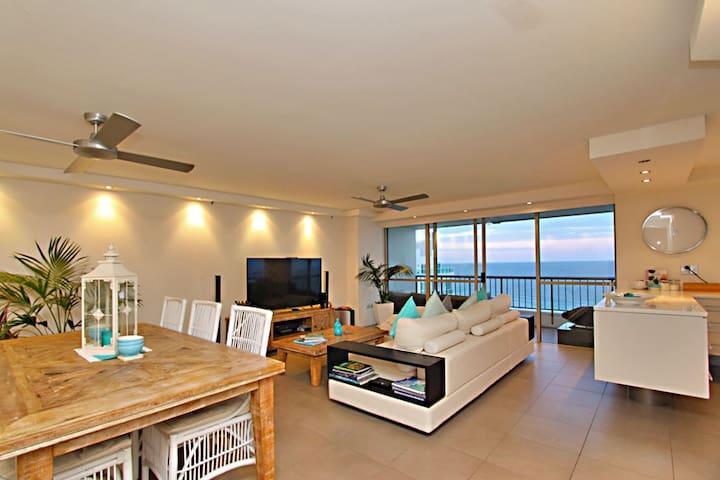 Modern Unit with Stunning Ocean Views - Main Beach - Apartment