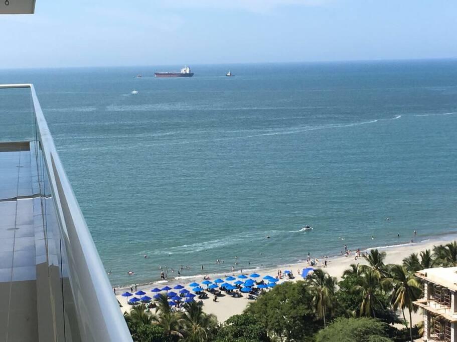 Vista al mar donde se ve la zona asignada de playa con carpas del edificio y del Hotel Mercure
