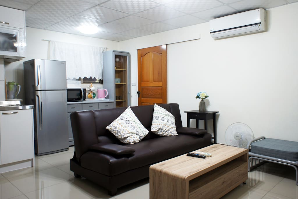 Living room area with a leather sofa bed  客廳區域,包含有一張沙發床可供房客使用