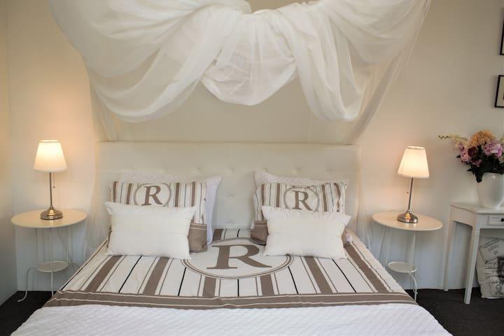 Pronck Kamer met luxe badkamer en suite