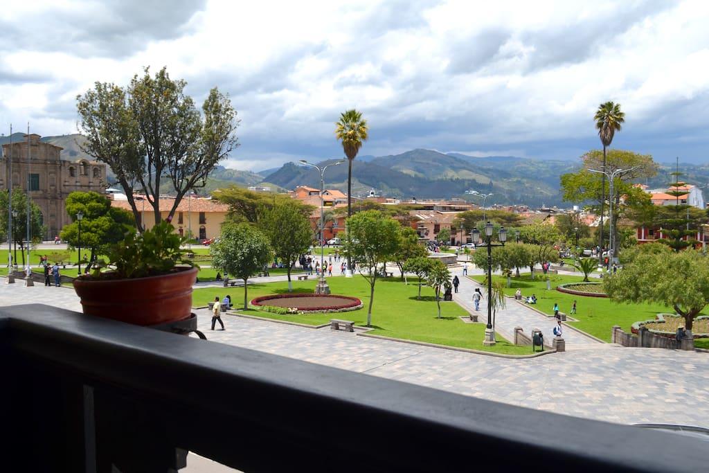 El departamento tiene dos amplias habitaciones, cada una de ellas con un lindo balcón colonial que da hacia la plaza mayor.