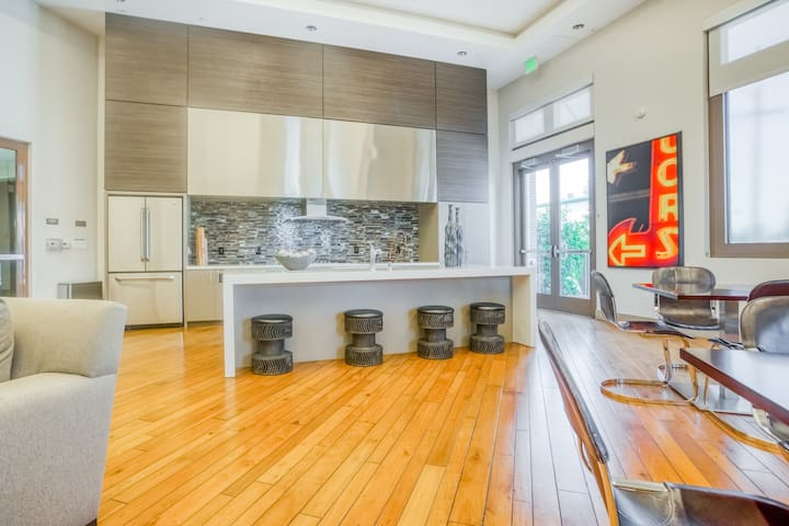 Charming 1BR in Upscale Redwood City Complex