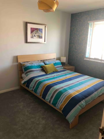 Lovely spacious double room 20min from London!