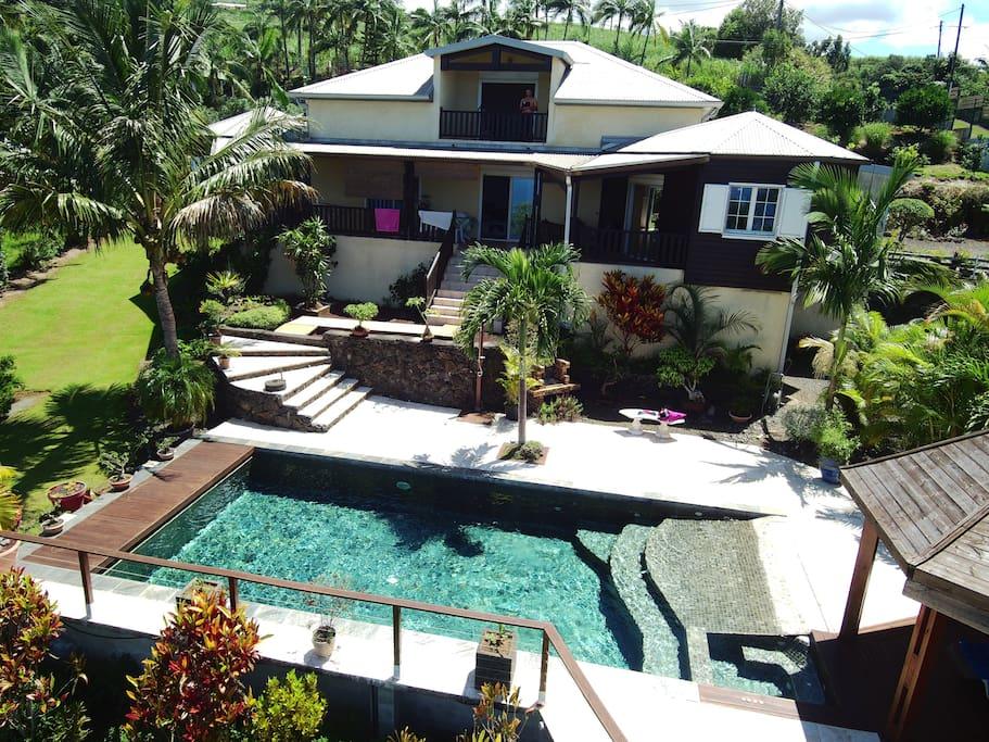 villa avec piscine vue du ciel