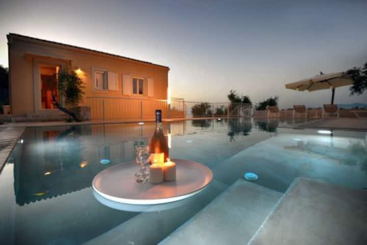 Seaside villa Dinos Paxos: coastal gardens & pool