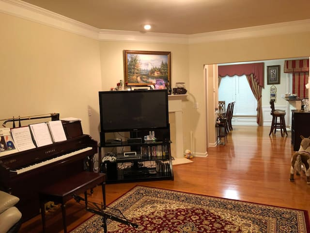 Spacious and Private Room in a Nice Neighborhood