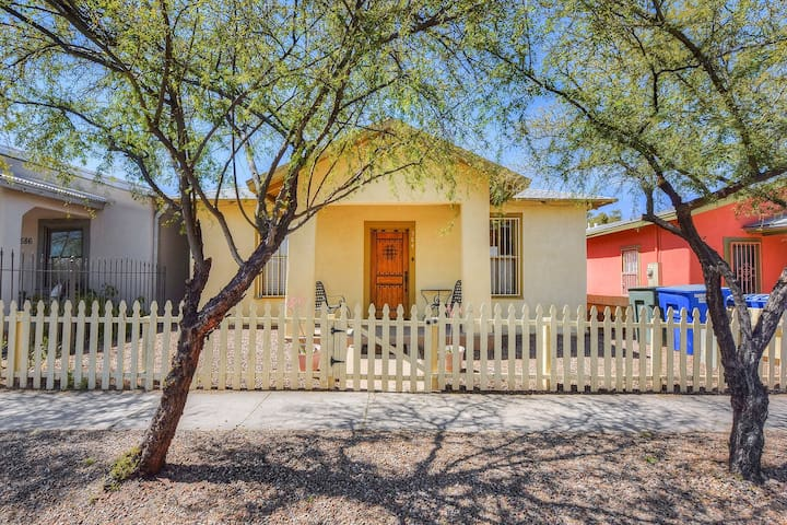 Great downtown location w/ a full kitchen, enclosed yard, & gas grill