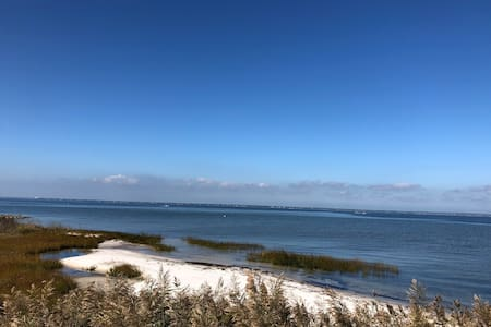 Updated Bayfront 4 bdrm 2 bth, private beach w/ AC