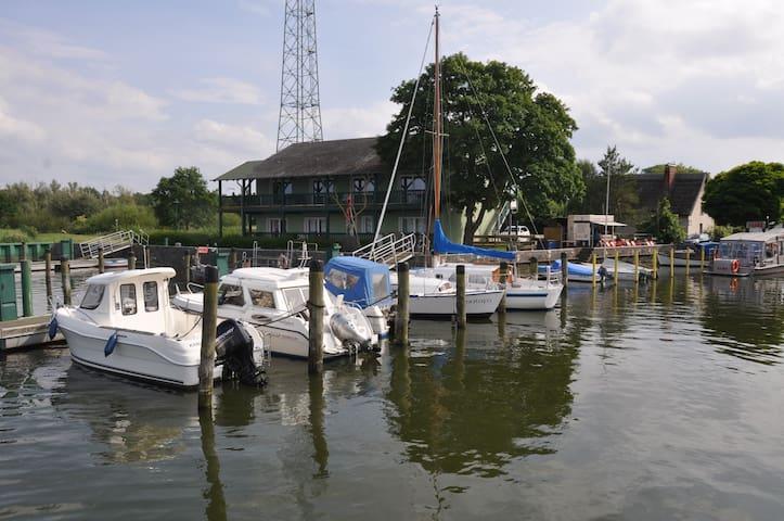 Fewo 63,13 m² direkt am Wasser vis a vis Usedom - Bugewitz - Leilighet