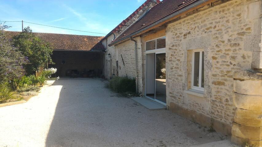 Maison en pierre avec jardin, parking, cours. - Gurgy - Dům