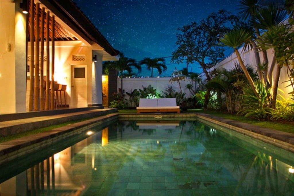 Eclairage de la maison sur la piscine