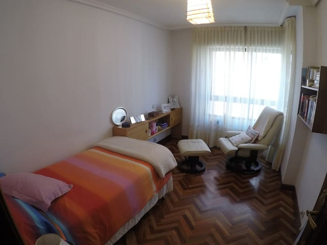 Bedroom and bathroom, in flat with private garage - Palencia - Apartament