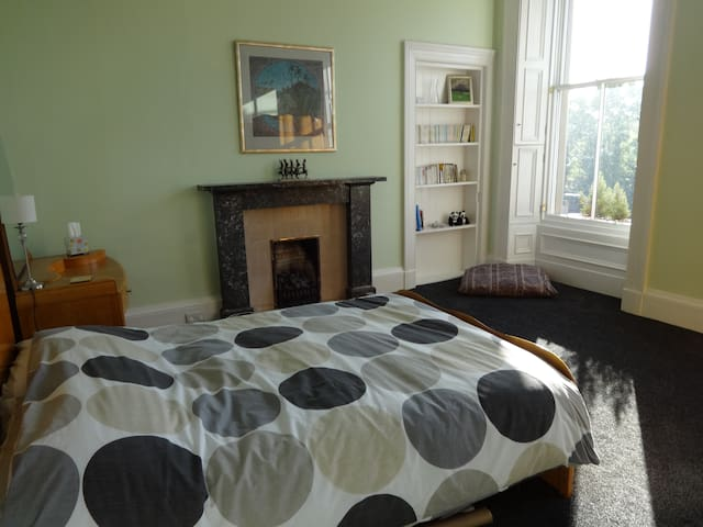 Three rooms in lovely 1st floor flat in Canonmills