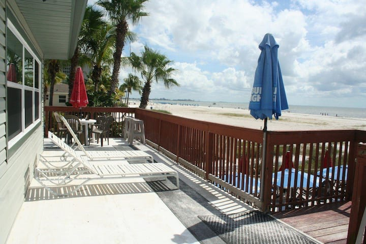 Beach Bar 2 - Beachfront 2 Bedroom Apartment Overlooking Gulf of Mexico