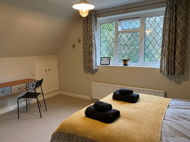 Ideal Gatwick stopover - double room near station
