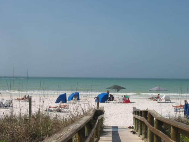 Large Apartment In Beautiful Siesta Key On Beach!