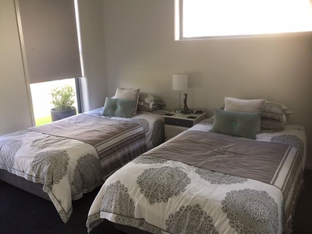 Modern bedroom with ensuite - Pelican Waters - Huis