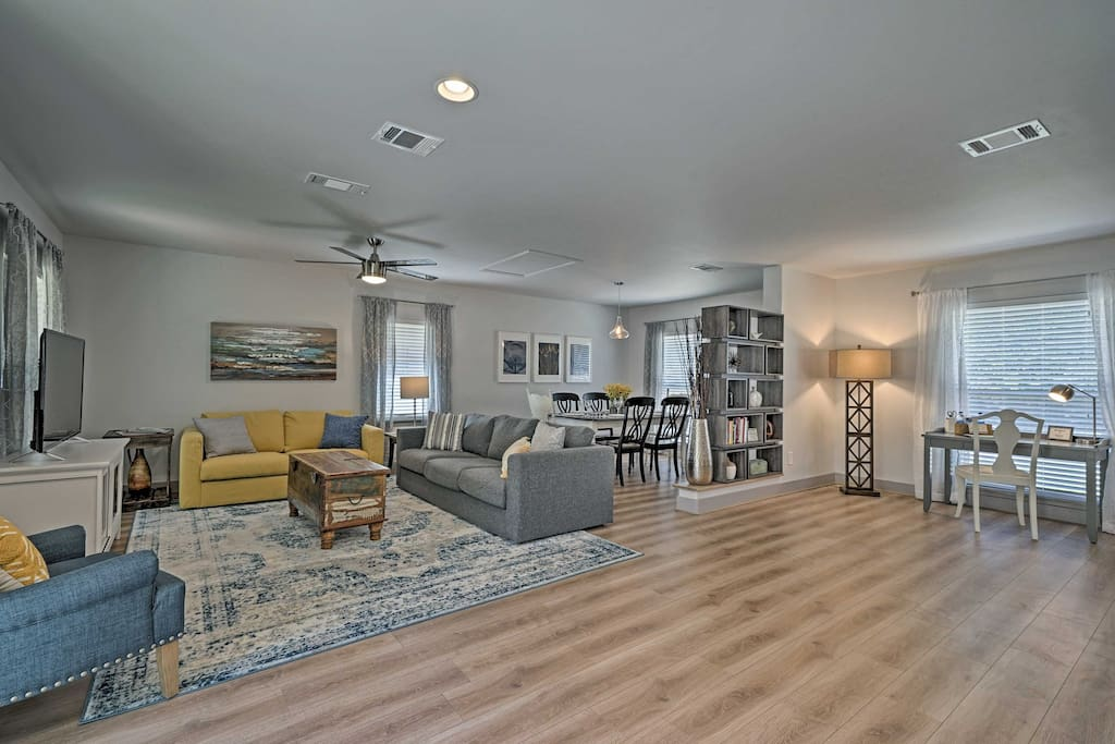 This chic home features 1,152 square feet of well-appointed living space with comfortable accommodations for 7 guests.