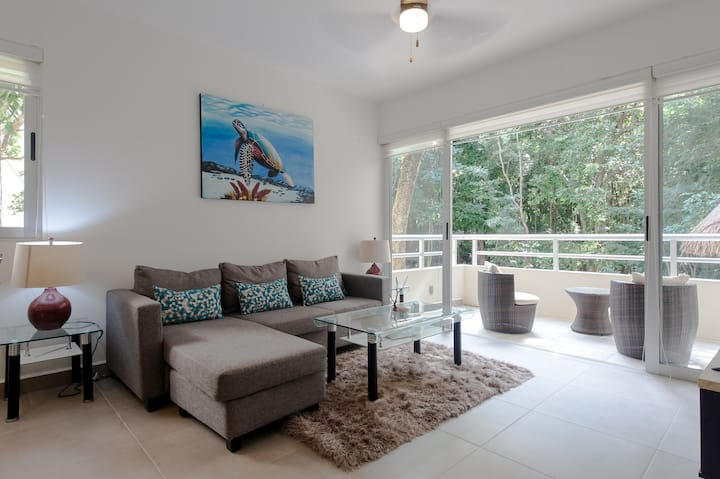 Gated 2 Separate Suites Near Attractions. Value!!!