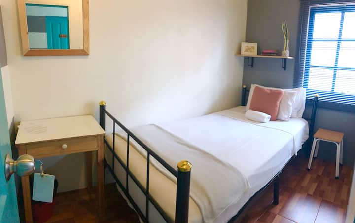 Miku Asok Bright Private King Single room with AC