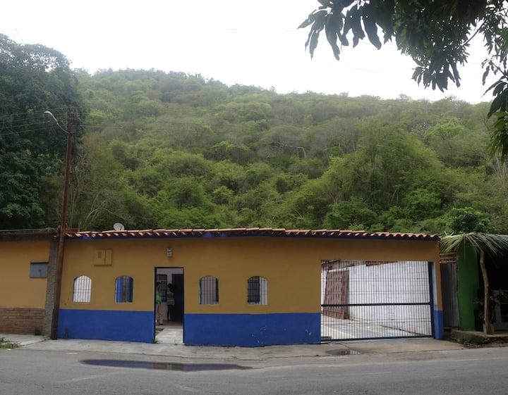 """Acogedora casa """"VILLA del RIO"""" ..vía Cata- Cuyagua"""