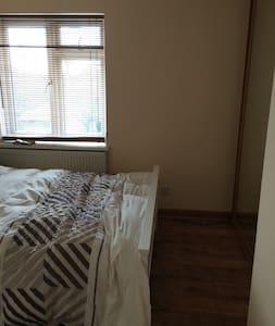 Beautiful bedroom awaits you - 그레이브젠드(Gravesend)