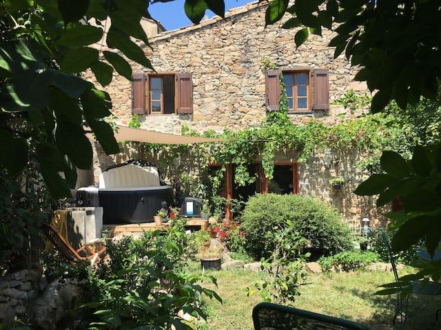 La Maison des Jardins Rivière, jardins et Jacuzzi