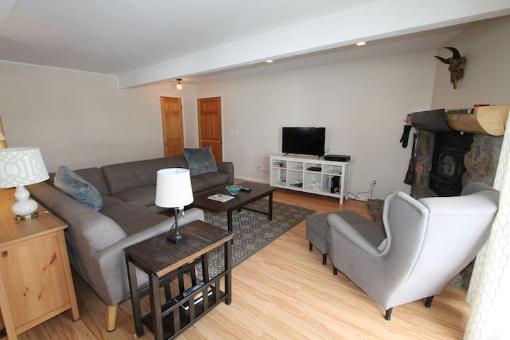 Great 3 BR fully renovated Outrun condo.  Hot tub, tennis, shuttle. $150/nt plus taxes/fees Sept/Oct
