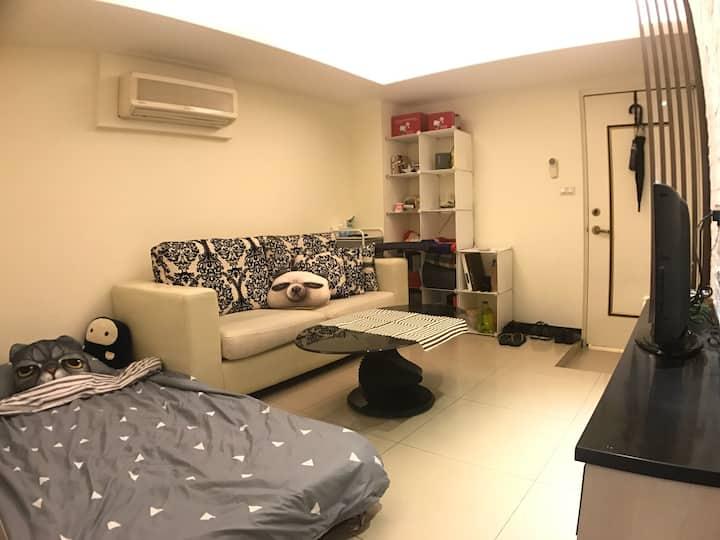 捷運公館站步行五分 小豪華客廳床客 MRT Gongguan. Daily Rental