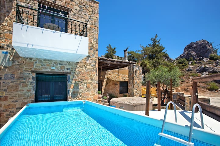 VILLA LATO- PRIVATE POOL-JACUZZI  and YARD