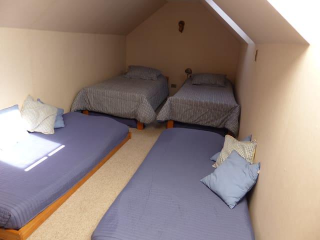 Cuarto dormitorio en mansarda/ 4th bedroom in the attic