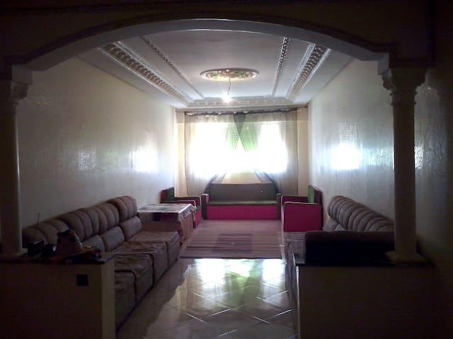 El salón consta de dos espacios distintos diferenciados por los sofás.
