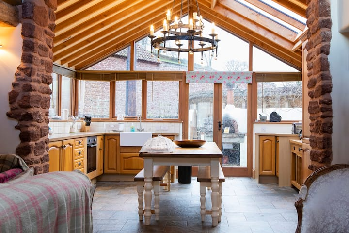 The Swallows - 4 bed barn conversion
