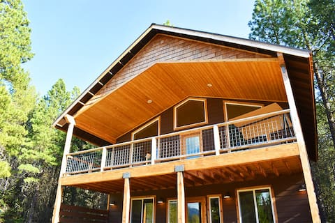 Leavenworth Pet Friendly Cabin Tucked in the Pines