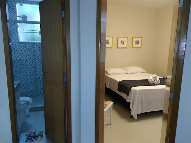 Banheiro fica ao lado da porta do quarto, no corredor...