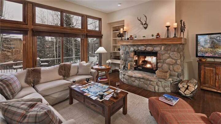 Cozy Slopeside 3BR + True Ski-in/Ski-out + Wood Fireplace - Chalet Fortessa
