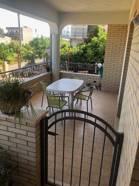 appartamento con veranda e posto auto holiday home
