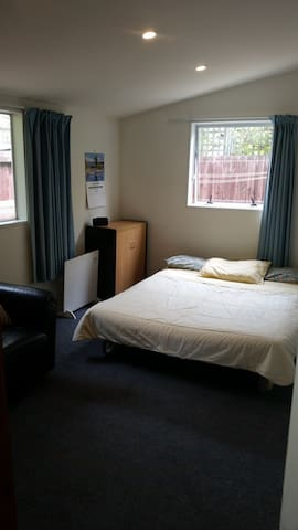 Quiet, comfy, close to Uni, Riccarton & airport.